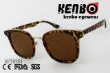 Пластичные солнечные очки с металлом золота закрепляют петлей Kp70261