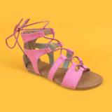 La pelle scamosciata di modo dei bambini merletta in su i pattini piani dei sandali per le ragazze