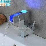 Singolo rubinetto livellato del bacino della maniglia LED della cascata con il LED