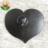 Commerce de gros de l'émail dur l'amour forme de coeur d'un insigne pour un couple d'un insigne