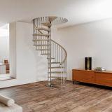 Escalera en espiral de acero al carbono cubierta con banda de rodadura de madera