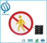 Солнечные ограничение в скорости и предупредительный знак знака уличного движения