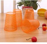 4個のコップが付いている丸型のプラスチックやかん