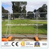 A fonte da fábrica galvanizou a cerca provisória soldada