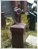 インドの赤い軸受けの庭の重要な記念物の火葬のベンチ