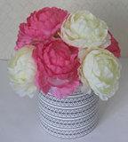 En macetas de flores artificiales de seda rojo y rosa blanca arreglos con jarrón