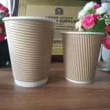 Tazas de café acanaladas disponibles calientes al por mayor con la fuente de la fábrica de las tapas