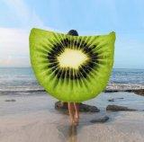 За круглым столом на пляже полотенце с клубничным кокосовых лимона конструкций