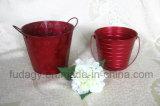 円形の赤い金属の植木鉢