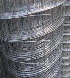 電流を通されたウサギのケージワイヤーは溶接された金網に電流を通した