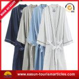 安く白く明白な綿のホテルの浴衣