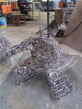 Mette in mostra 1, dell'interno, decorazioni del metallo del randello. Scultura astratta di griglia dell'acciaio inossidabile