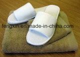 Обыкновенная толком белая тапочка гостиницы в открытом пальце ноги