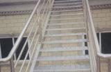 Pisada de escalera de acero de la escala