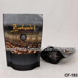 جانب بنيقة قهوة يعبّئ حقيبة مع صمام