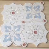 Un azulejo de mosaico de mármol Waterjet del grado, blanco hermoso