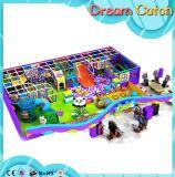 Крытая зона игры спортивной площадки малышей села опирающийся на определённую тему