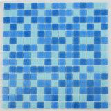 光沢のある輝いた表面の明るく青いIridensentラドムデザインガラスのモザイク