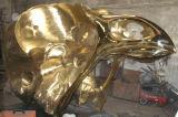 La testa dorata del cranio dell'uccello, scultura esterna dell'interno del metallo del quadrato del giardino