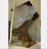 외부 층계 유리 난간을 가로장으로 막는 실내 계단