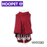 Vêtements rouges de chien avec les points, les accessoires d'animal familier et les vêtements blancs
