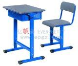 Mesa e cadeira de madeira do estudo do estudante da escola da chegada nova para a escola preliminar