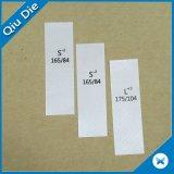 Escritura de la etiqueta impresa contenido simple con la clave de barras para la ropa