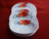 Couleur blanche avec le jeu en céramique de vaisselle de fleur rouge