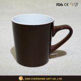 Forma de V cor de chocolate Caneca de cerâmica