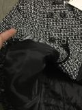 여자의 옷을%s 고리 외투의 둘레에 접합하는 짧은 격자
