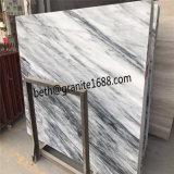 高く磨かれた曇った灰色の大理石のタイル