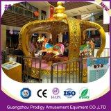 As crianças que arvoram cadeiras 12lugares Merry-Go-Round para o parque de diversões de carrossel