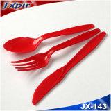 Jogo plástico vermelho da cutelaria do restaurante da cutelaria