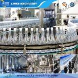 Пластичный завод разливая по бутылкам воды заполняя