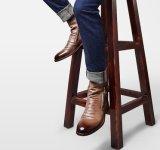El hombre vestido de encaje en el tobillo Botas de cuero de los trabajadores