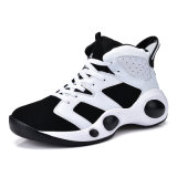 El surtidor que vende el baloncesto de los hombres atractivos se divierte los zapatos corrientes