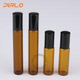 rullo di vetro di colore ambrato 8ml sulla bottiglia con il coperchio nero