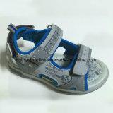 Sandálias da praia das crianças novas da forma