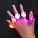 LED 반지가 크리스마스를 위한 도매 섬광 LED 만화 Emoji PVC 반지에 의하여 농담을 한다