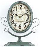 型の装飾的で旧式で黒い金属のテーブルの上のふたのクロック