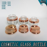 ローズの金ポンプふたが付いている装飾的なガラスビンのクリームの瓶を包むスキンケア
