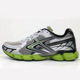 El deporte de los nuevos hombres calza las zapatillas de deporte ocasionales que funcionan con los zapatos atléticos