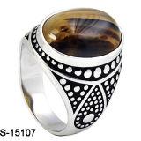 Os homens da forma do modelo novo soam o anel de prata do homem 925