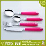 Установленные Cutleries нержавеющей стали ручки различного цвета пластичные