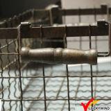 Antike Weinlese-industrieller Metalldraht-Speicher-Korb mit hölzernem Griff