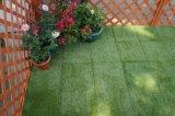 A Norma Ce permeáveis fazendo backup de relva sintética Verde mosaico em deck piso exterior