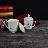 Witte Ceramische Mok met Dekking voor Conferentie die met het Embleem van de Organisatie gebruiken