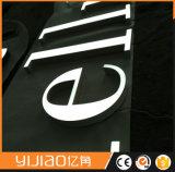 L'alphabet décoratif acrylique marque avec des lettres le signe avec la garniture