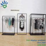 Kleidung, die Standplatz für Form-Dame Garments Shop hängt