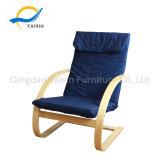 Mobiliário de madeira em casa de repouso relaxante poltrona